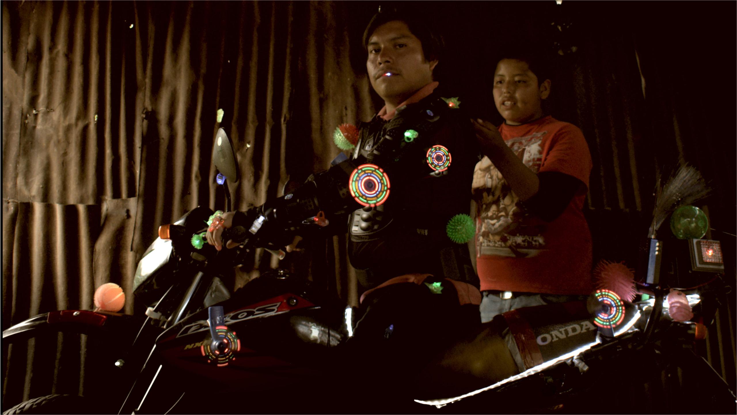 AL MOTOCICLISTA NO LE CABE LA FELICIDAD EN EL TRAJE /AO MOTOCICLISTA NON LLE CABE A FELICIDADE NO TRAXE
